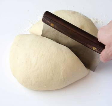 1. Gör degen enligt receptet. Dela degen i två delar efter första jäsningen.