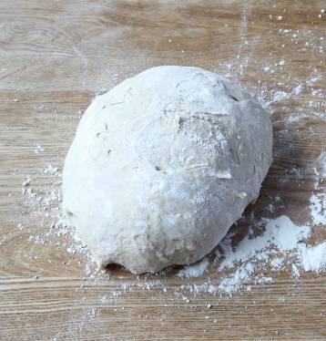 Gör degen enligt instruktionerna och låt den jäsa under bakduk i ca 45 min. Knåda igenom den på ett mjölat bakbord.