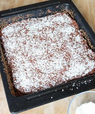 5. Strö kokos över kakan innan glasyren stelnar.