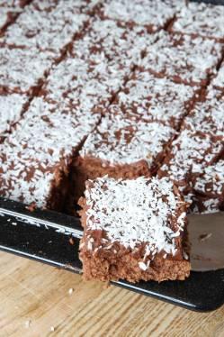 6. Skär kakan i rutor med en vass kniv.