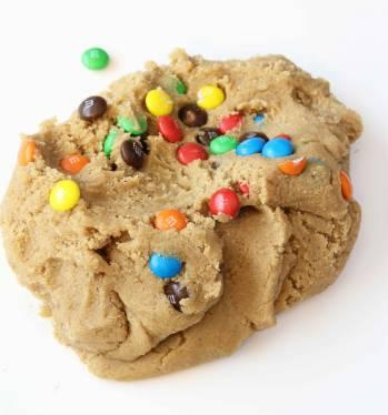 Knåda in chokladlinserna i degen, men blanda inte för länge för då kan godisarna färga av sig.