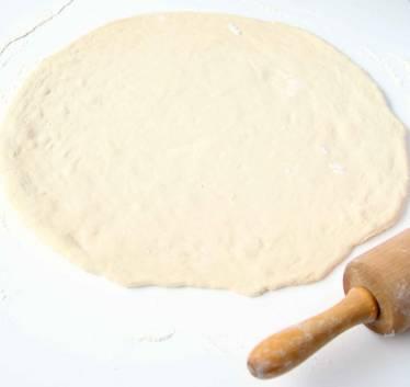 1. Dela degen i två bitar. Kavla ut dem till rundlar, ca ½ cm tjocka på ett mjölat bakbord.