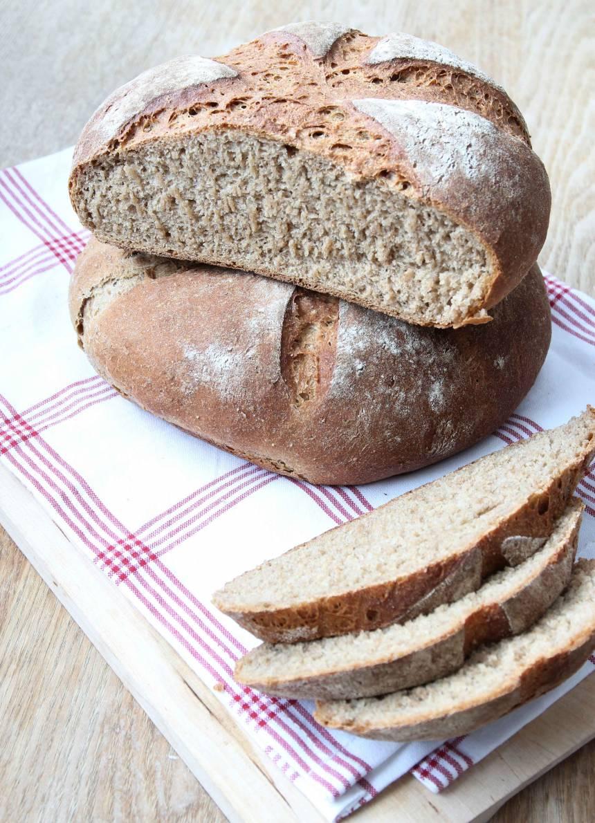 Skär brödet i tunna skivor med en kniv.