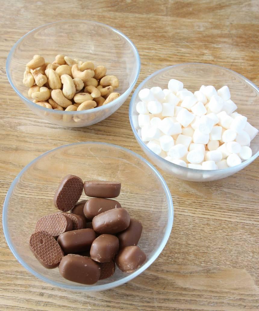 Typiska rocky road-ingredienser: dumlekola, cashewnötter och minimarshmallows.