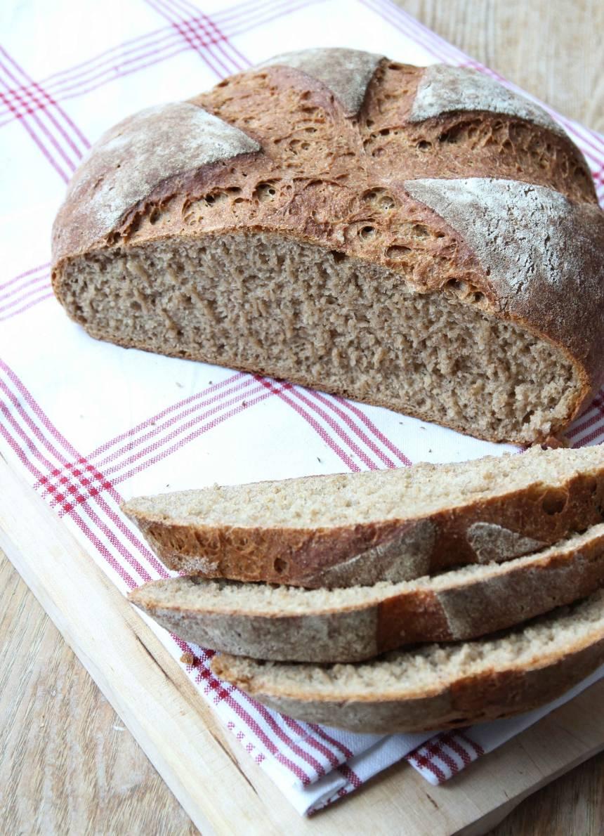 Njut av de nybakade bröden med smör, ett gott pålägg och en kopp te eller kaffe!