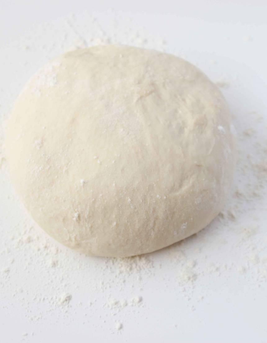 1. Gör degen enligt receptet och låt den jäsa under bakduk i ca 45 min. Knåda igenom den på ett mjölat bakbord.