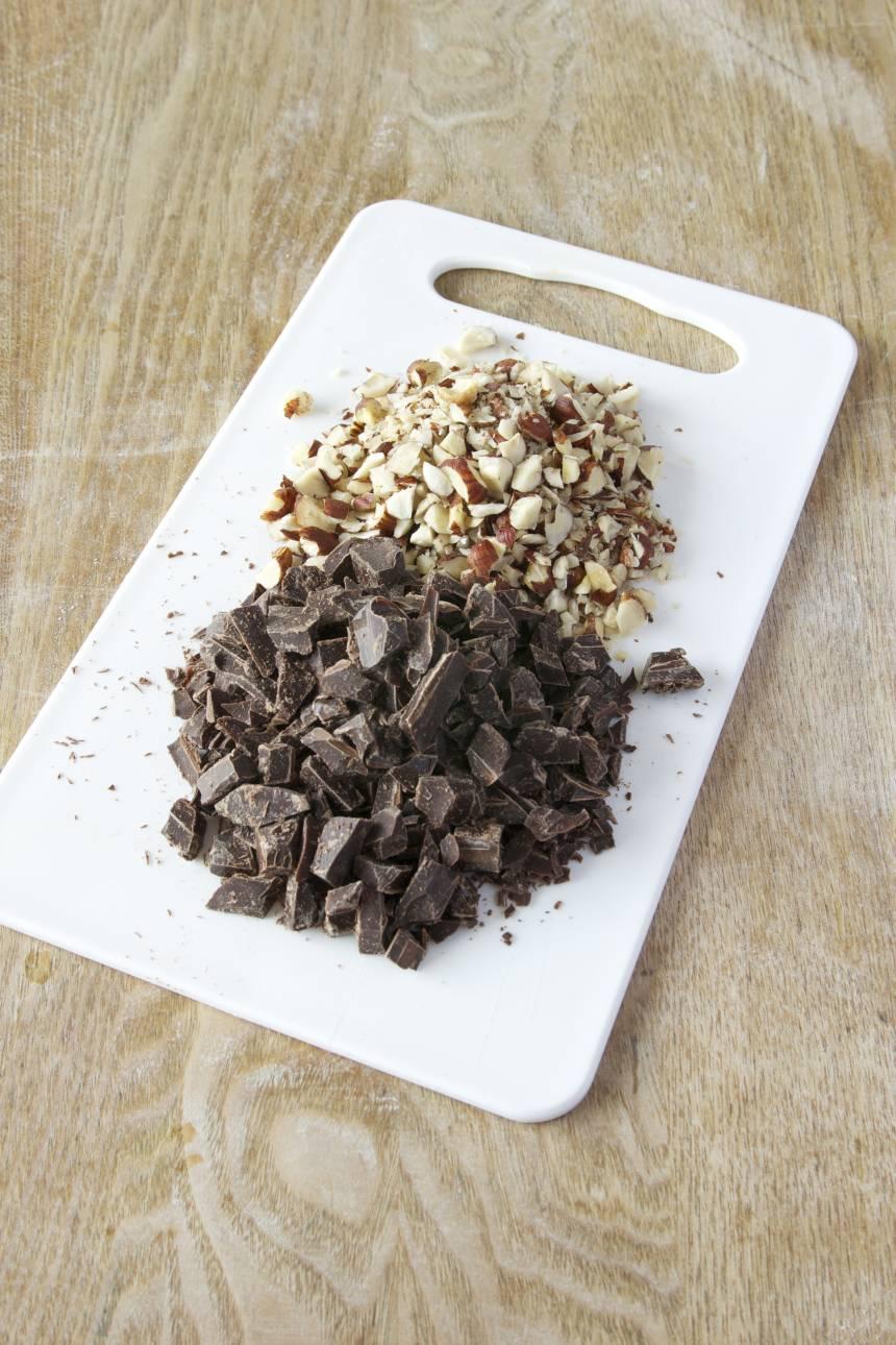 1. Hacka hasselnötterna och chokladen halvgrovt.