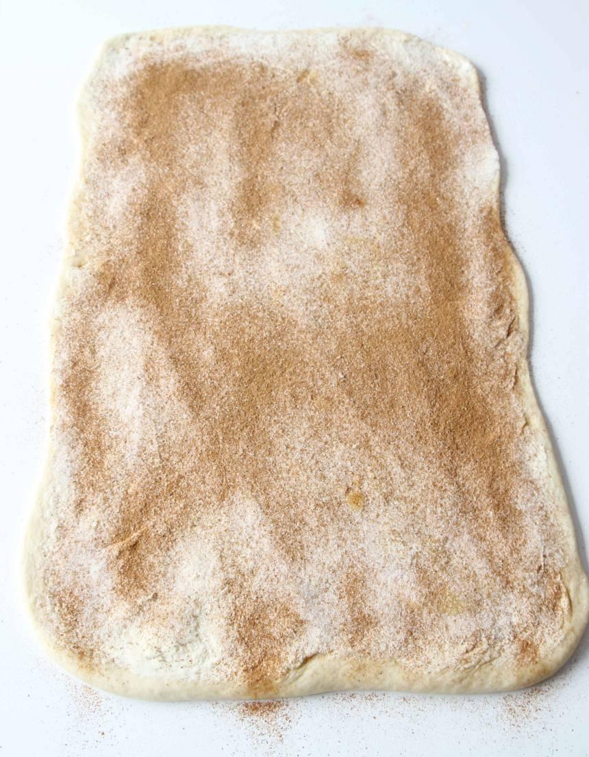 2. Bred på smöret med en kniv och strö över socker och kanel.