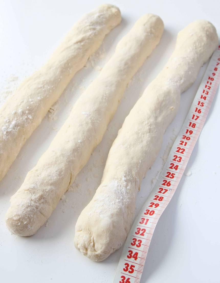 2. Dela degen i tre delar och rulla ut dem till längder, ca 45 cm långa på ett mjölat bakbord.