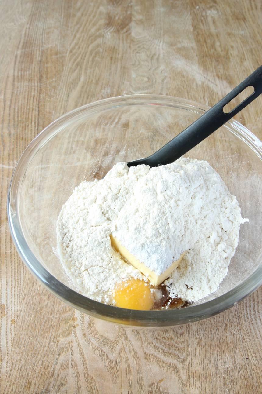 2. 3.Blanda ihop alla ingredienser utom nötter och choklad till en deg. Knåda inte degen för då blir glutentrådarna för starka och kakorna sega.