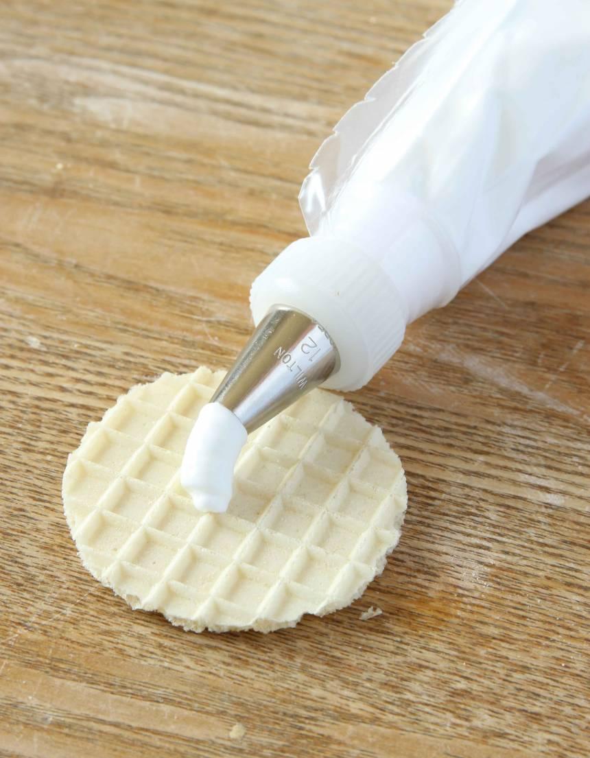 3. Spritsa ut smeten toppigt på plattorna.