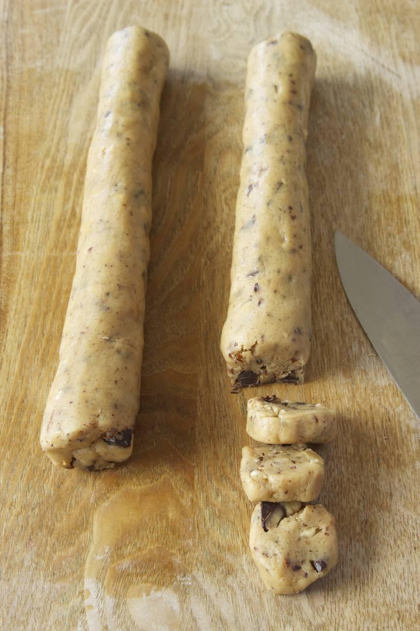 4. Dela degen i två bitar. Rulla dem till två rullar, ca 4 cm i diameter. Skär dem i skivor, ½–1 cm tjocka.