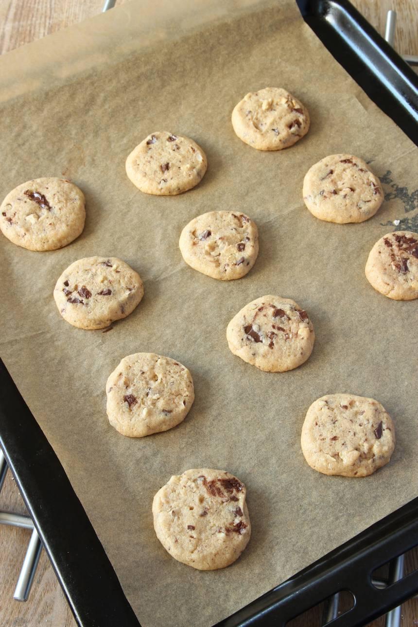 5. Lägg kakorna på en plåt med bakplåtspapper. 6.Grädda kakorna mitt i ugnen i 9–13 min. Ugnsvärmen kan variera i olika ugnar. Låt dem svalna på plåten.