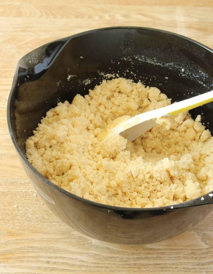 1. Sätt ugnen på 180 grader. Blanda strösocker, mjöl och bakpulver i en stor bunke. Tillsätt smöret och blanda ihop allt till en smuldeg.