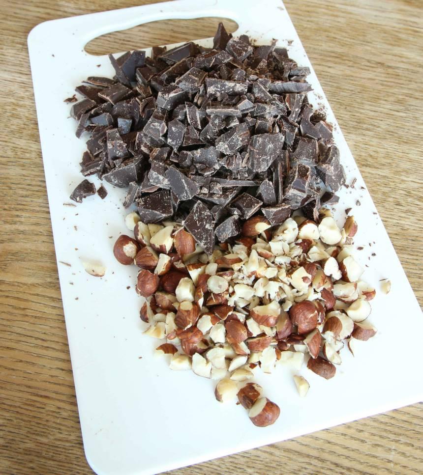 1. Sätt ugnen på 175 grader. Hacka chokladen och nötterna grovt (hälften av nötterna ska läggas i smeten och hälften ovanpå kakan).