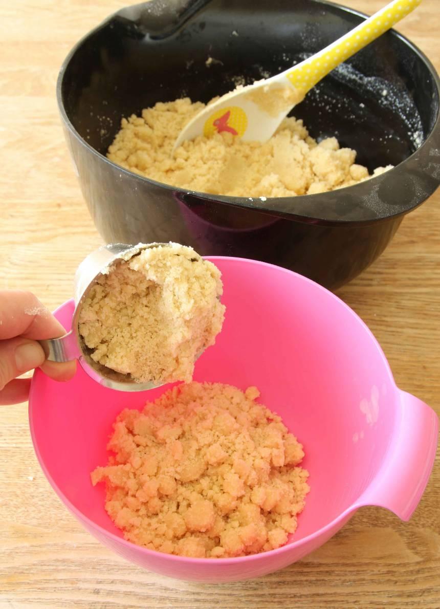 2. Mät upp 3 dl smuldeg och lägg det i en liten bunke (detta ska strös över kakan).