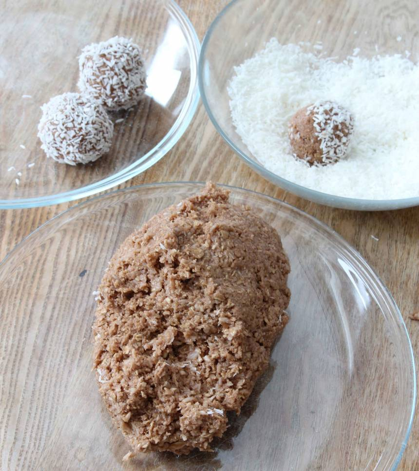 2. Gör runda bollar i önskad storlek och rulla dem i kokos. Förvara dem i kylen.
