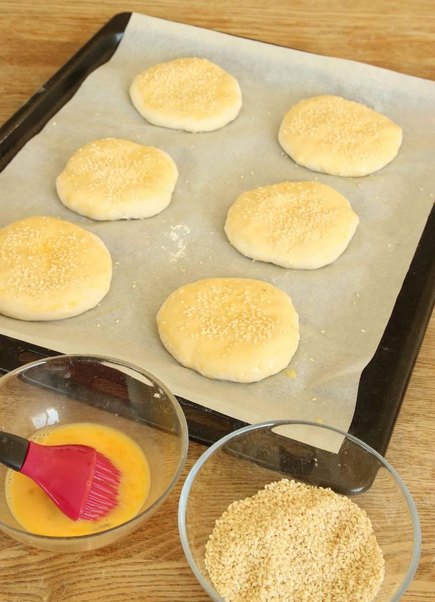 3. Pensla bröden med uppvispat ägg och strö över sesamfrön.