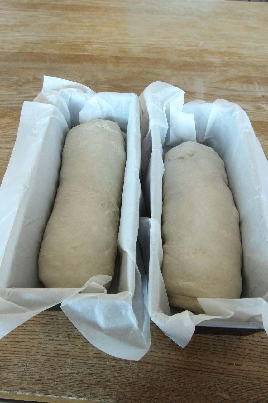 3. Forma bitarna till två släta limpor. Lägg dem i två limpformar fodrade med bakplåtspapper, ca 1 ½ liter.