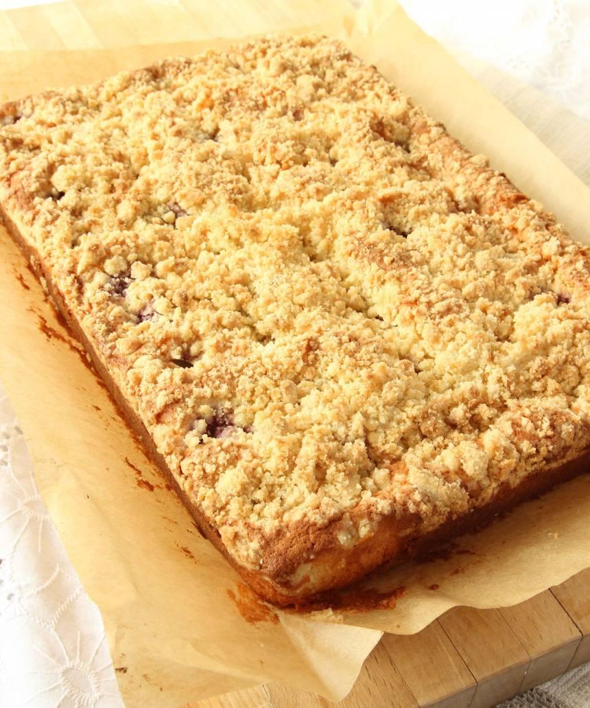 5. Grädda kakan längst ner i ugnen i 20–25 min. Låt den svalna i formen innan du skär den i rutor med en kniv. (Kakan är nygräddad på bilden).