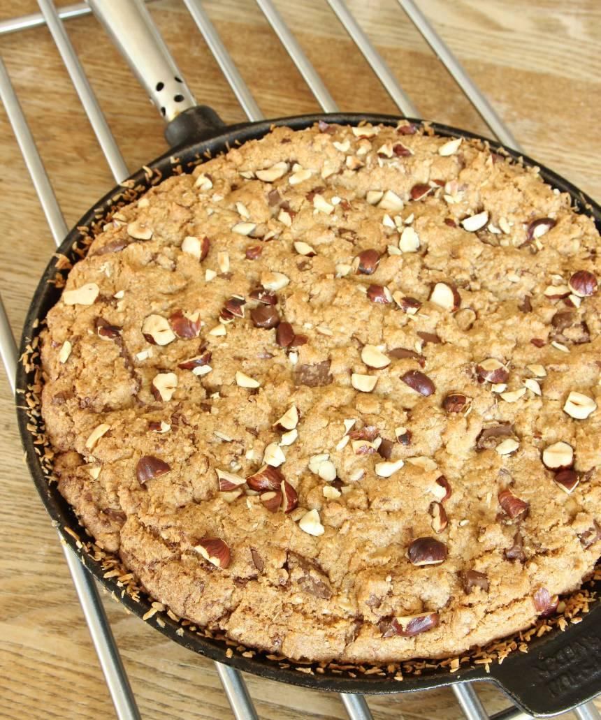 5. Grädda kakan längst ner i ugnen i 32–38 min. Låt kakan svalna i formen. Servera den gärna med lättvispad grädde eller vaniljglass.
