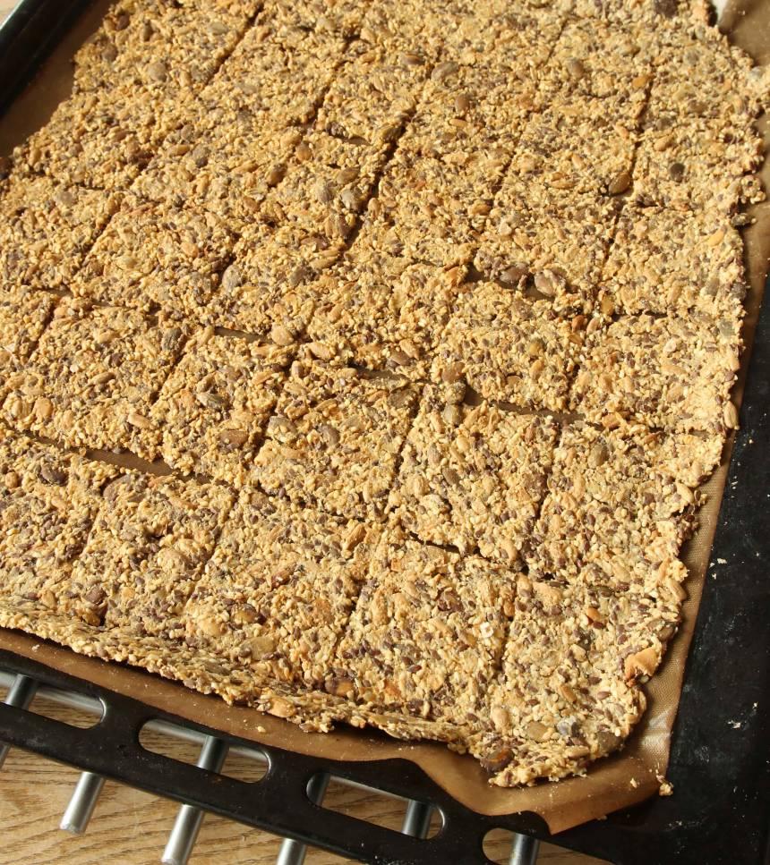 6. Grädda brödet mitt i ugnen i ca 60 min. Om det fortfarande är lite segt i mitten låter du brödet stå kvar i ugnen på eftervärmen.