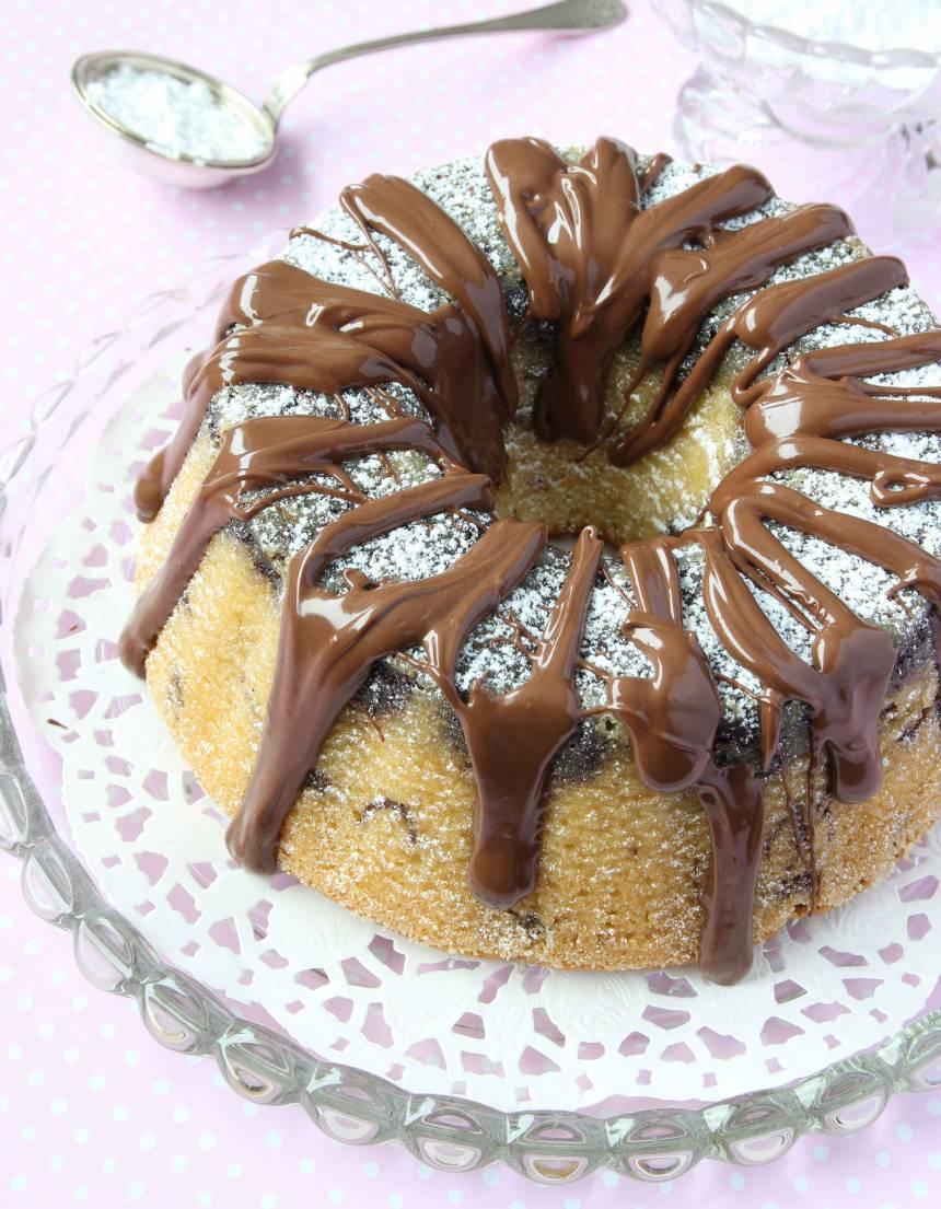 2. Grädda kakan längst ner i ugnen i 35–40 min. Låt den stå en stund innan du stjälper upp den. Värm Nutellan några sekunder i mikron (inte länge) så den blir mjuk och ringla den över kakan. Pudra eventuellt över lite florsocker.