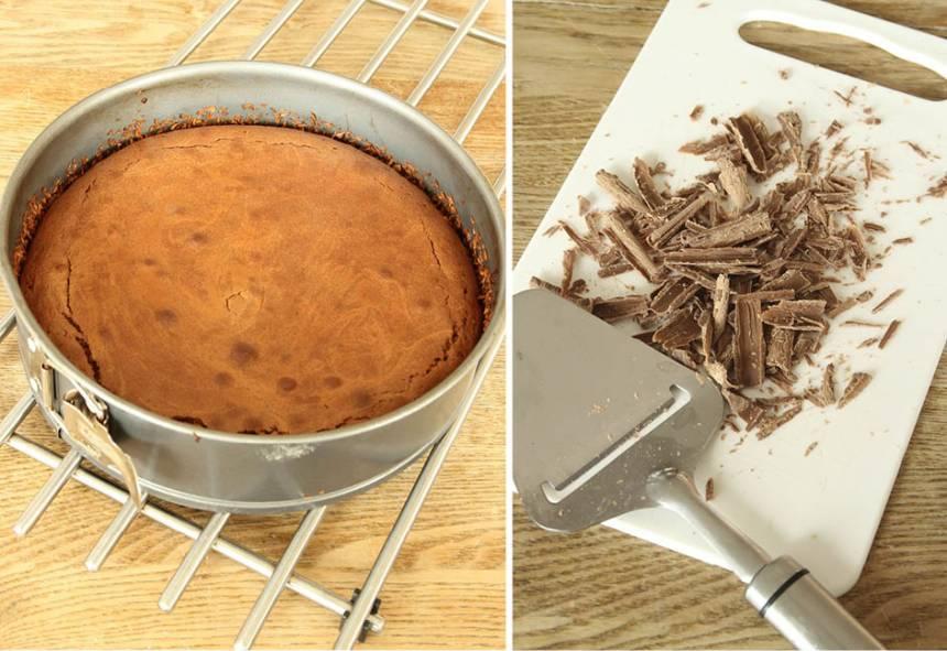 3. Grädda kakan mitt i ugnen i 20–25 min beroende på hur kladdig du vill ha den. Låt den svalna i formen. Pudra över florsocker och strö på hyvlad eller riven choklad. Servera den gärna med vispad grädde eller vaniljglass.