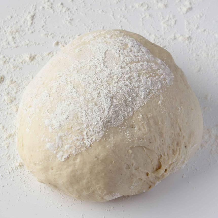1. Gör degen enligt receptet och låt den jäsa under bakduk i ca 45 min.