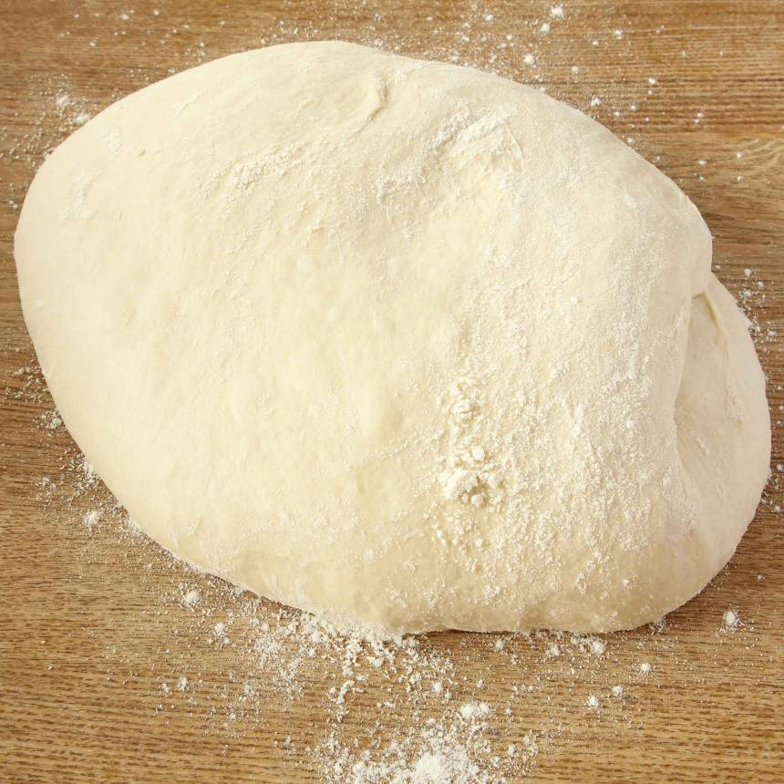 1. Gör degen enligt receptet och låt den jäsa under bakduk i