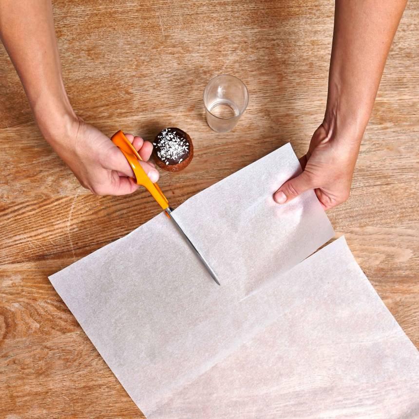 1. Klipp ett bakplåtspapper i 4–6 rutor beroende på muffinsens storlek.