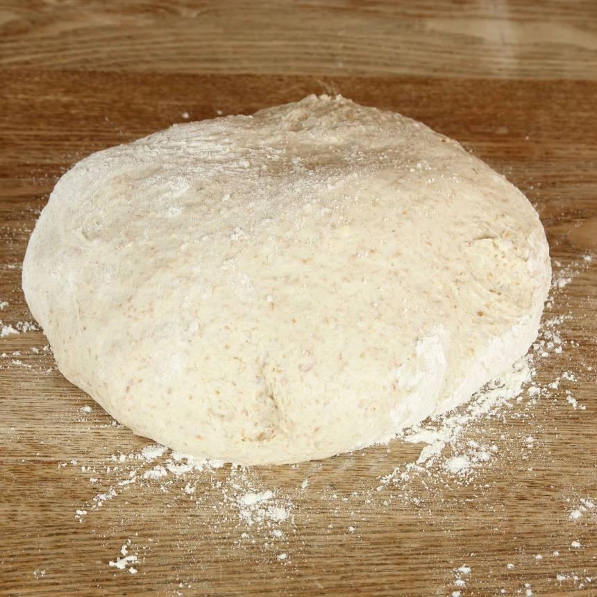 1. Gör degen enligt receptet och låt den jäsa under bakduk i 50–60 min.