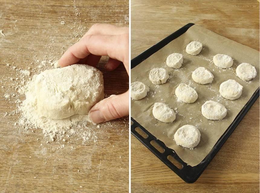 3. Doppa snittytan på degbitarna i vetemjöl. Lägg dem på en plåt med bakplåtspapper. Låt dem jäsa under bakduk i ca 30 min. Sätt ugnen på 230 grader.