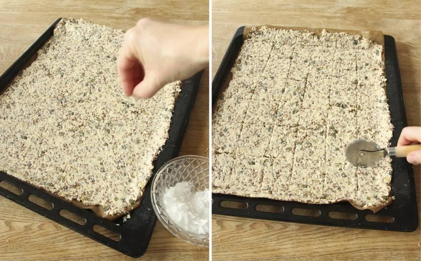 5. Strö över lite flingsalt. Skär ett rutmönster i degen med en pizzaslicer eller en kniv.