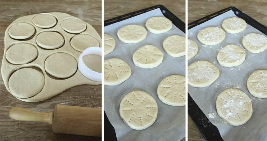 2. Kavla ut degen 1–1 ½ cm tjock och stansa ut runda bröd, ca 10 cm i diameter med en kakform eller ett glas. Lägg dem på en plåt med bakplåtspapper och nagga dem med en gaffel och strö över lite mjöl. Låt dem jäsa under bakduk i ca 30 min. Sätt ugnen på 250 grader.