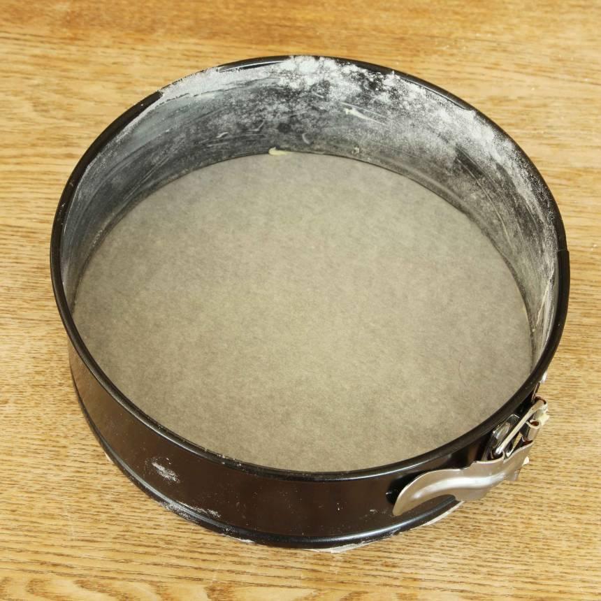 1. Botten: Sätt ugnen på 175 grader. Klä bottnen med bakplåtspapper på en form med löstagbar kant, ca 20 cm i diameter. Smörj och mjöla kanterna. (Kakan går bra att göra i en 23–24 cm form, men då blir eventuellt gräddningstiden något kortare och kakan inte lika hög, men definitivt lika god).