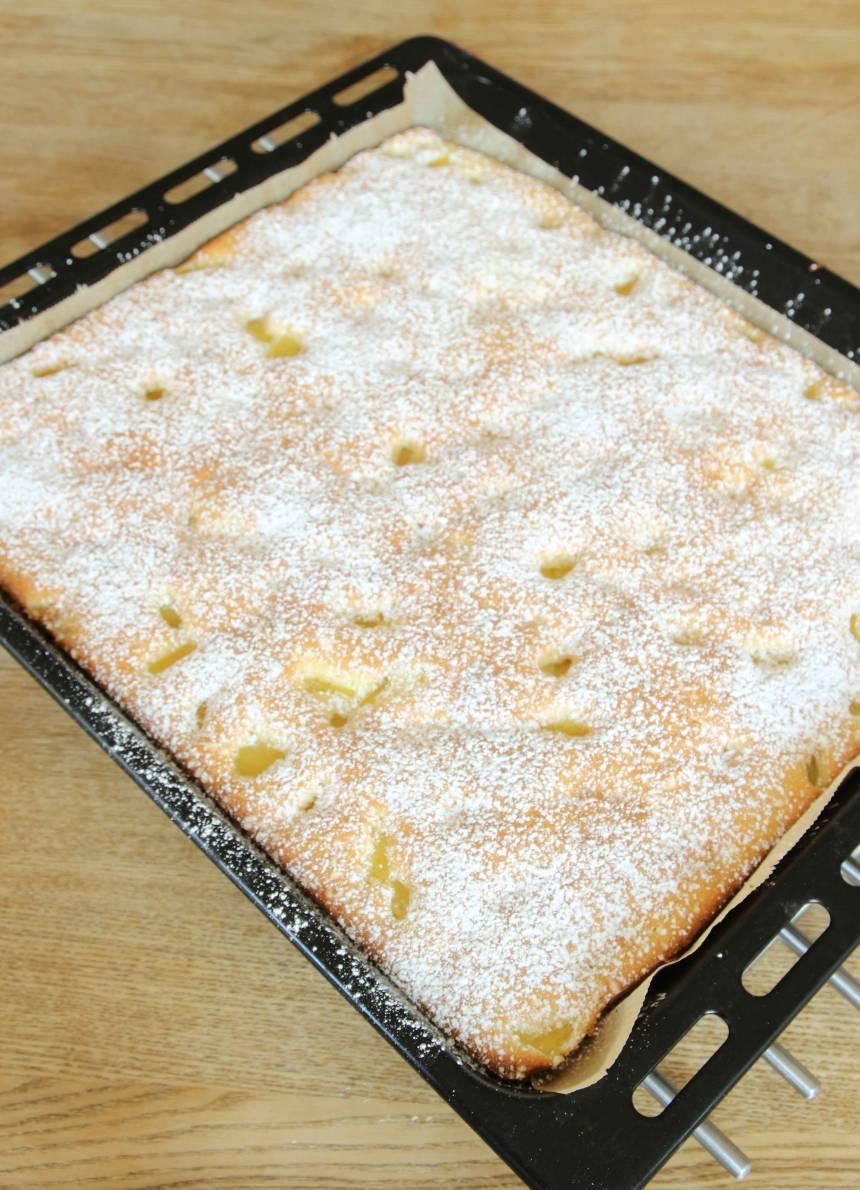 5. Grädda kakan mitt i ugnen i ca 25 min. Låt kakan svalna i formen. Pudra över florsocker och skär kakan i rutor.