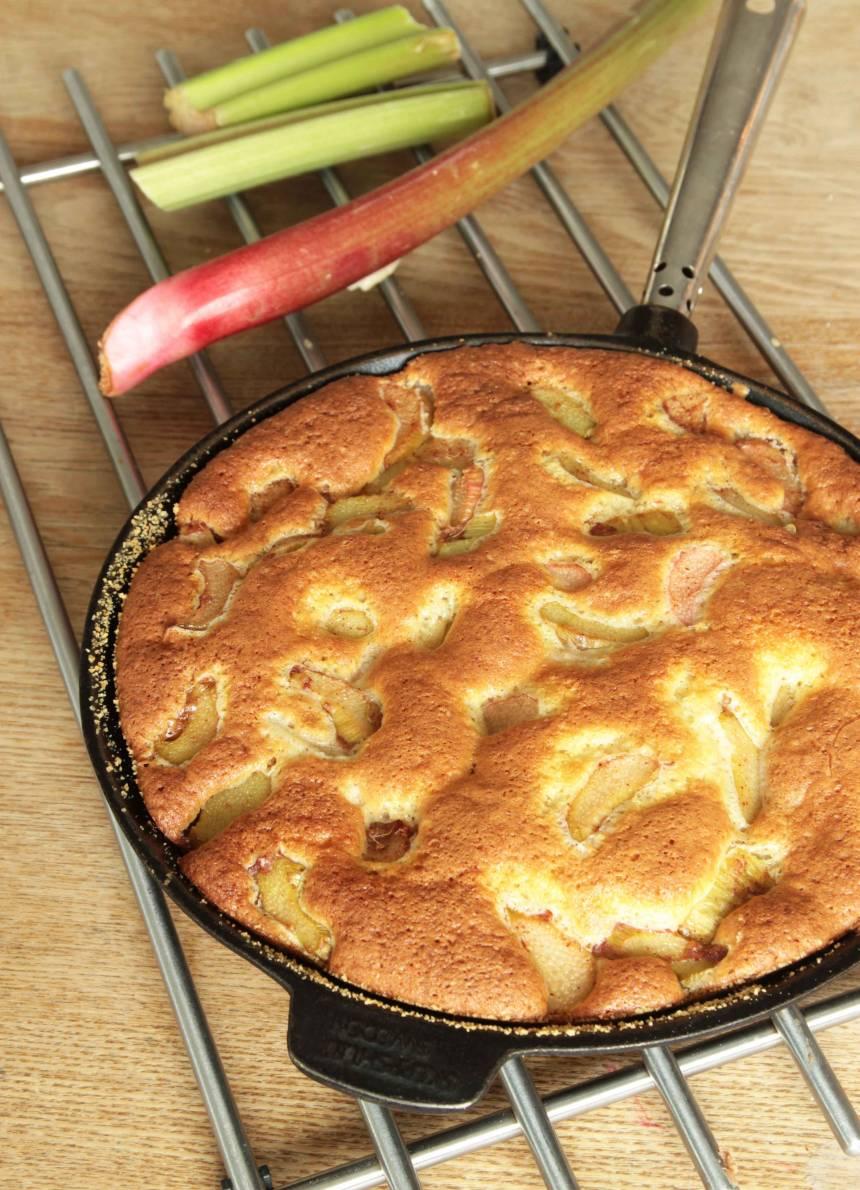 6. Grädda kakan längst ner i ugnen i 25–30 min. Testa med en provsticka om kakan är klar. Servera gärna kakan med vaniljsås eller glass.