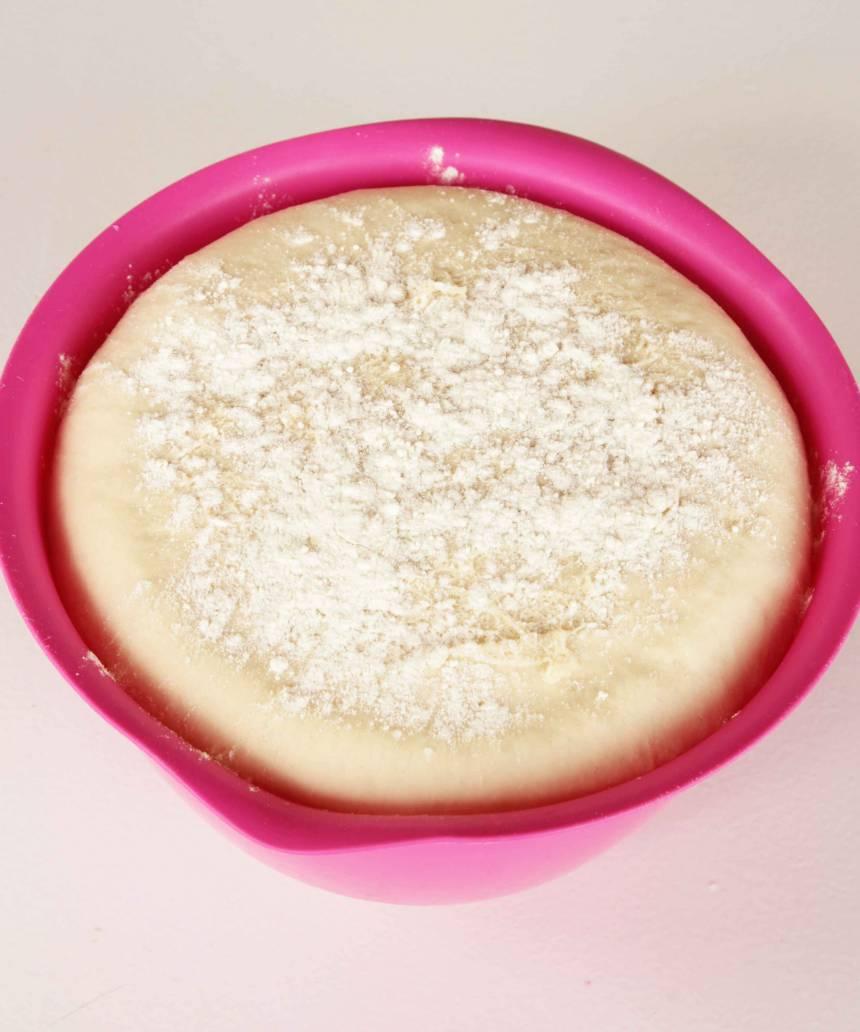 2. Smula jästen i en bunke och lös upp den med mjölken. Tillsätt smör, kardemumma, socker, salt och vetemjöl, lite i taget. Rör ihop allt till en lite kladdig deg. Strö lite mjöl över ytan och låt den jäsa under bakduk i ca 45 min.