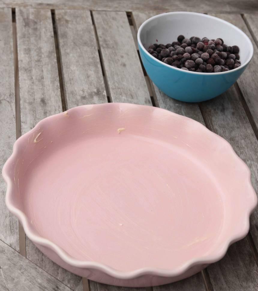 1. Sätt ugnen på 225 grader. Smöra en pajform, 24–26 cm i diameter.