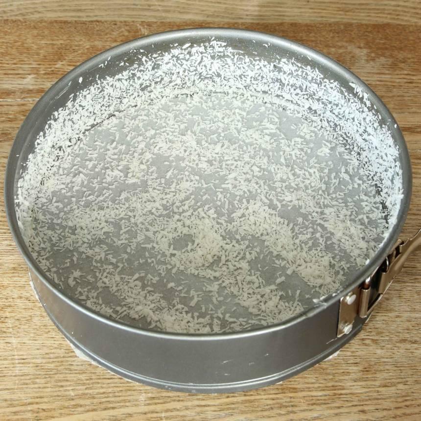 1. Sätt ugnen på 175 grader. Smörj en form med löstagbar kant, 22–24 cm med smör och pudra över kokos (eller ströbröd).