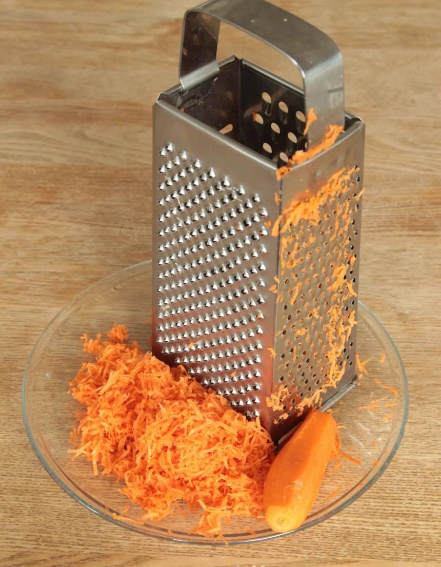 1. Sätt ugnen på 175 grader. Skala och riv morötterna fint.
