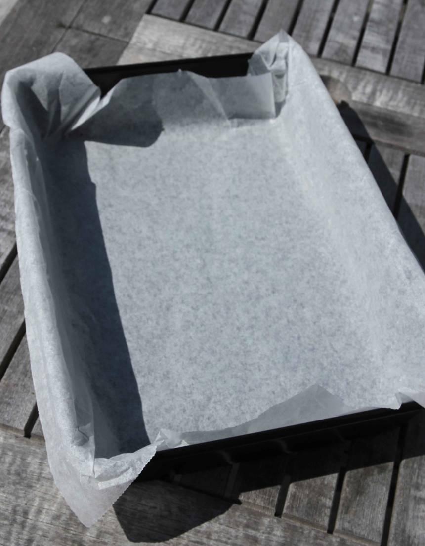 1. Sätt ugnen på 175 grader. Klä en form, ca 22 x 32 cm i diameter, med bakplåtspapper.