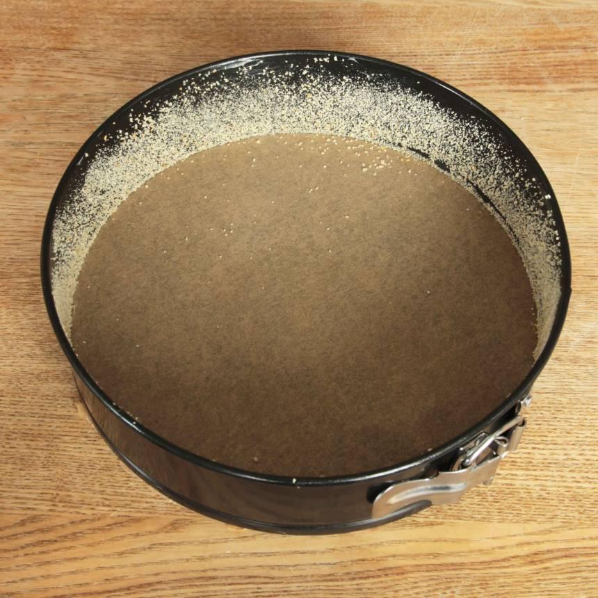 2. Lägg ett bakplåtspapper i botten på en form med löstagbar kant, ca 24 cm i diameter. Smörj och bröa kanterna. (Har man inget bakplåtspapper kan man smörja och bröa även bottnen).