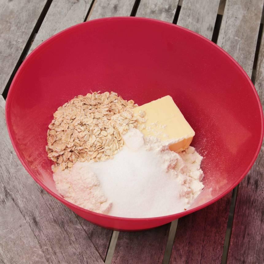 3. Smuldeg: Häll mjöl, havregryn, socker, salt och smör i en bunke. Nyp ihop alla ingredienserna med fingrarna till en smulig deg.
