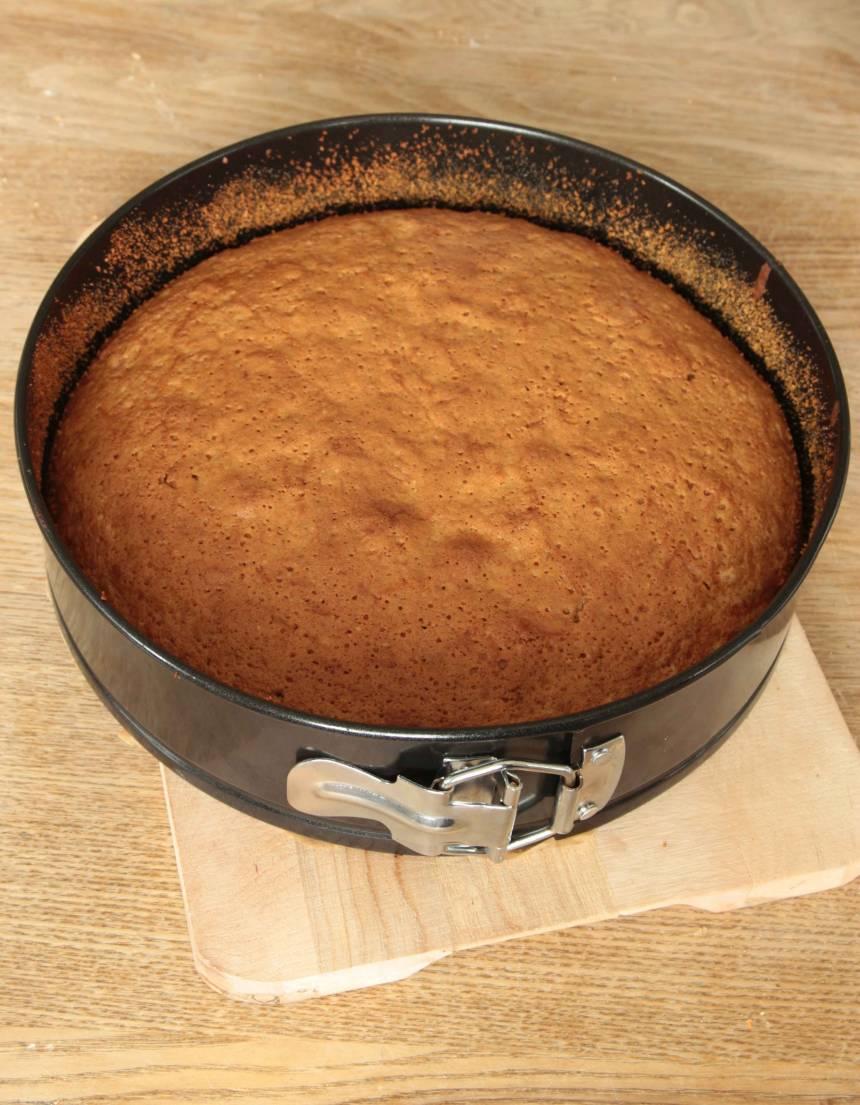5. Grädda kakan längst ner i ugnen i ca 40 min. Låt den svalna i formen. Pudra florsocker över kakan före servering.