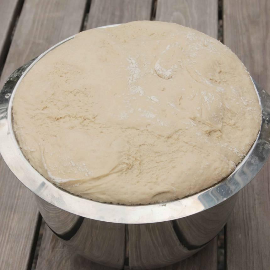 1. Smula jästen i en bunke. Tillsätt vatten och mjölk och blanda tills jästen lösts upp. Tillsätt salt, sirap, smör och rågsikt, lite i taget. Rör ihop allt till en smidig deg och knåda den kraftigt i några minuter så att glutentrådarna blir starka. Låt degen jäsa under bakduk i ca 1 tim.