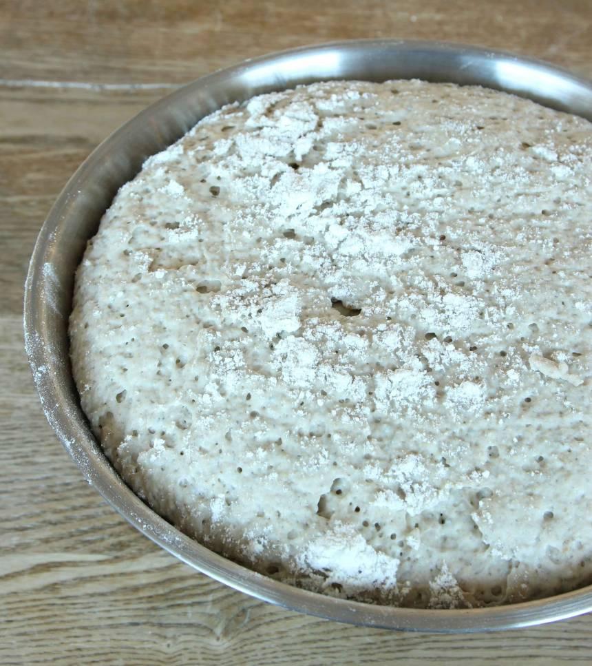 1. Smula jästen i en bunke. Tillsätt vatten och blanda tills jästen lösts upp. Rör ner havregrynen och låt blandningen stå i ca 5 min. Tillsätt salt, sirap, olja, rågmjöl och rågsikt, lite i taget. Blanda ihop allt till en smidig deg och knåda den kraftigt i några minuter så att glutentrådarna blir starka. Låt degen jäsa under bakduk i ca 1 tim.
