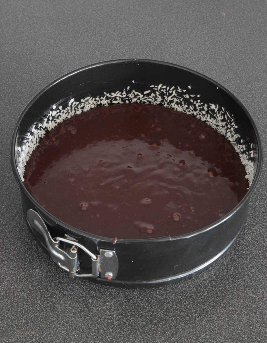 2. Häll smeten i en smord och bröad form med löstagbar kant, ca 20 cm i diameter.