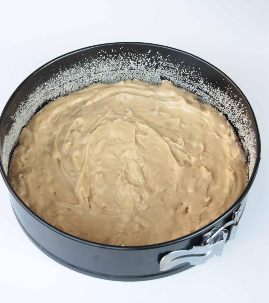 2. Häll smeten i en form med löstagbar kant, 24–26 cm i diameter.